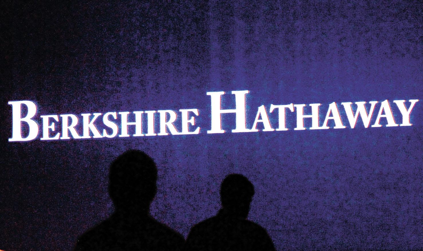 在公司年度會議上,巴郡公司的股東走過視頻屏幕。路透社資料圖片