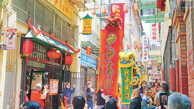 鑼鼓喧天、瑞獅起舞,慶祝傳奇的金門幸運簽語餅公司58周年。記者黃偉江攝