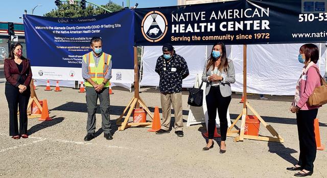 屋崙市長薛麗比(左一)、阿拉美達縣縣參事陳煥瑛(右一)等於7月初共同宣布,在果谷區兩個社區診所新增新冠病毒檢測站。取自薛麗比推特