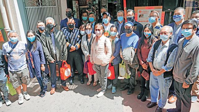 嘉賓到賀,中間戴紫色口罩者為退休法官鄧孟詩。記者黃偉江攝