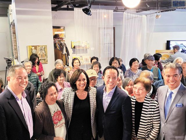 去年9月28日角逐民主黨總統提名的賀錦麗到訪三藩市華埠國際酒店社區中心,與長者們見面,相談甚歡。本報資料圖片