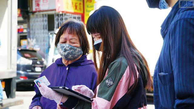 安老自助處聯合社區青年中心、華埠青年會,在華埠協助居民完成人口普查申報。記者黃偉江攝