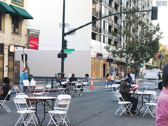 商會在富興中心門前擺放桌椅,供前來點外賣的民眾使用。陳錫澎提供