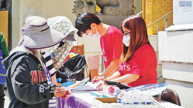 華埠市民排隊在街頭參加人口普查填報。記者黃偉江攝