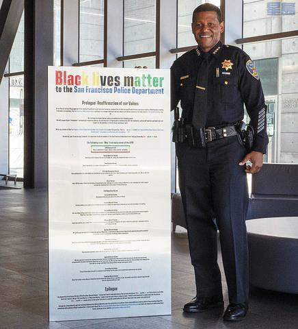 三藩市警察局長施革展示「黑人生命也是命」海報,會張貼在各警署。三藩市警察局