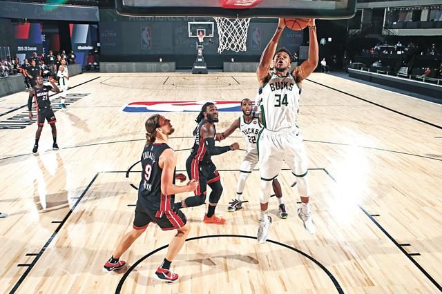 突破防守,「字母哥」在比賽中持球飛身上籃。Getty Images