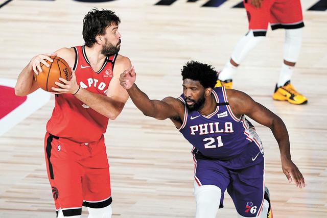恩比德(右)在比賽中防守。Getty Images