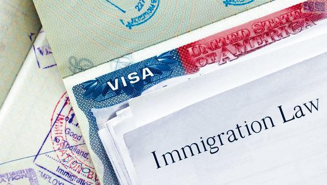 ■總統特朗普3日簽署行政令,阻止聯邦機構將工作外派給外國工人及限制H-1B科技行業工作簽證的使用。資料圖片