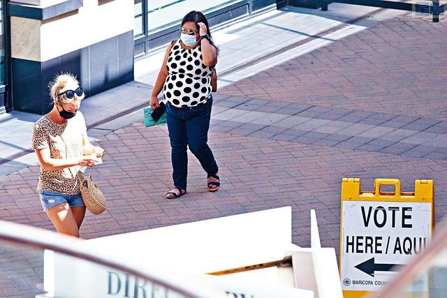 ■亞利桑那在7月份病例大幅飆升後,也開始顯示改善跡象。圖為戴著口罩的選民在鳳凰城舉行的初選中,等待投票。法新社