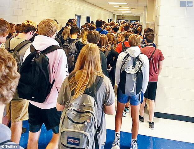 15歲女生沃特斯上載大批學生擠擁在走廊的照片後,引發輿論熱議。推特圖片