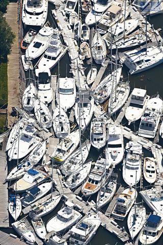 ■航拍照片顯示,颶風「伊薩亞斯」在北卡州登陸後,當地最南部布倫瑞克郡的南港碼頭,船艇被強風吹至相互堆疊在一起。    美聯社