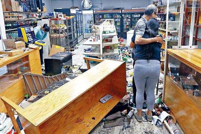 ■芝加哥發生騷亂,大批人驅車到市中心的購物大道搶掠,圖為一間家庭商店被人入內大肆搶掠洗劫,損失嚴重。美聯社