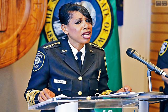 ■西雅圖市首位非裔女警察局長貝絲特宣布辭職,事前市議會剛批准了削減西雅圖警察局預算的議案。    美聯社