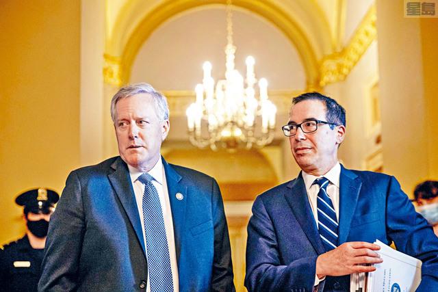 ■代表白宮的幕僚長梅多斯(左)與財政部長努欽與國會民主黨經過連場談判後,仍然在新一輪紓困方案上各持己見。    美聯社