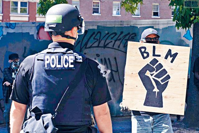 ■在明尼蘇達州男子佛洛伊德5月被警察跪頸致死後,全國示威浪潮爆發,這次民調正好反映了社會的情緒。  資料圖片