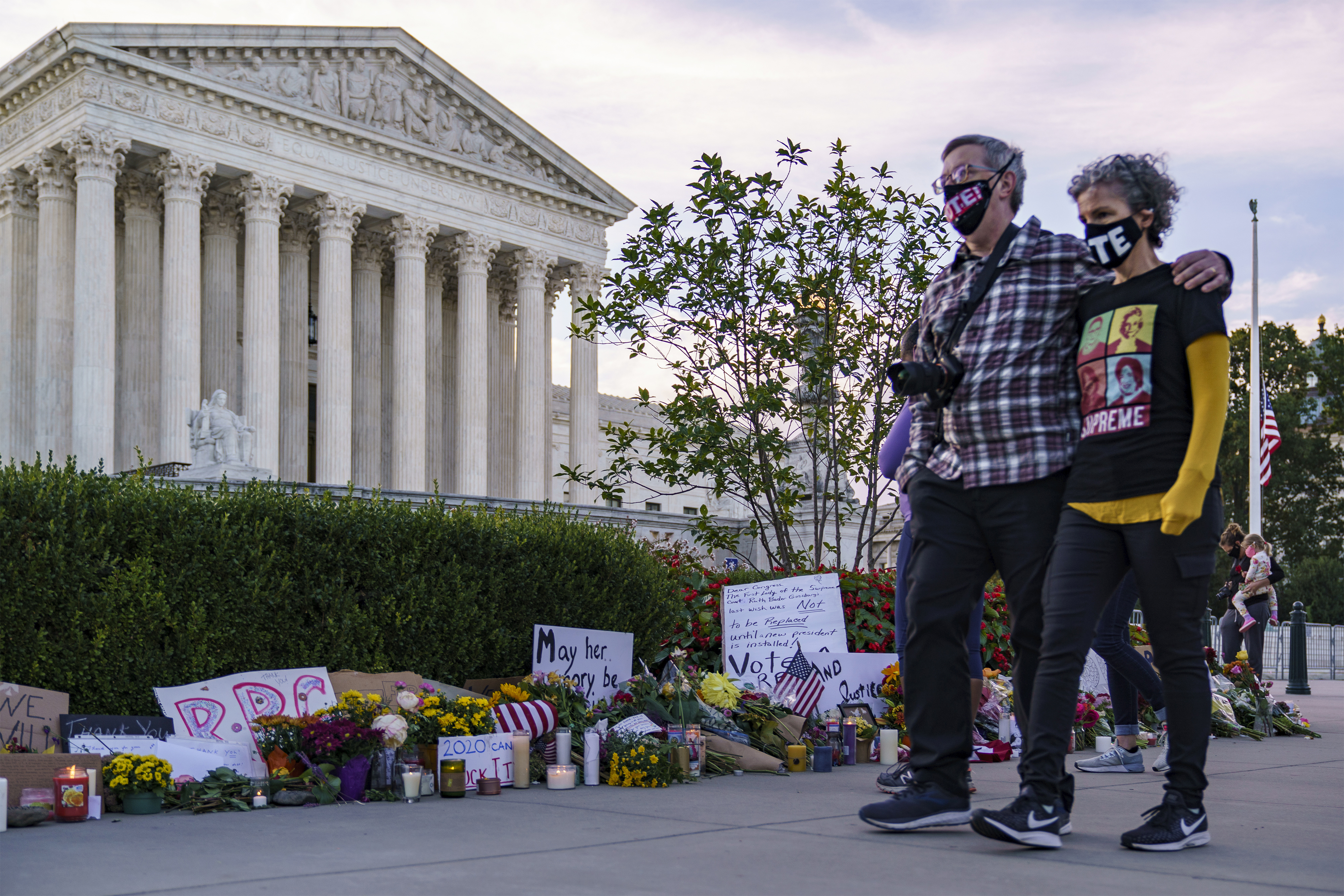 特朗普表示,正非常認真地物色出任最高法院大法官的人選,他會在本周末前,即是金斯伯格的喪禮結束後,公布提名人選。圖為最高法院前的悼念花海。    美聯社