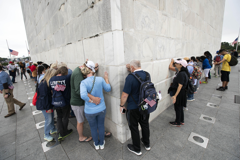 有部分參與祈禱遊行的民眾,在華盛頓紀念碑的底部祈禱。美聯社