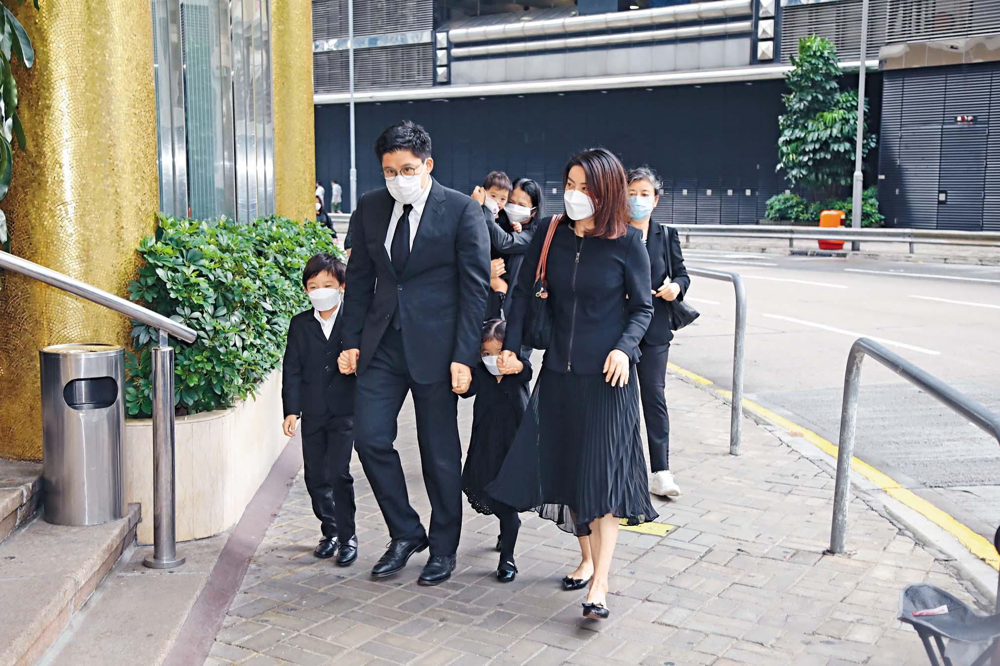 啟剛晶晶帶着三名子女到殯儀館。