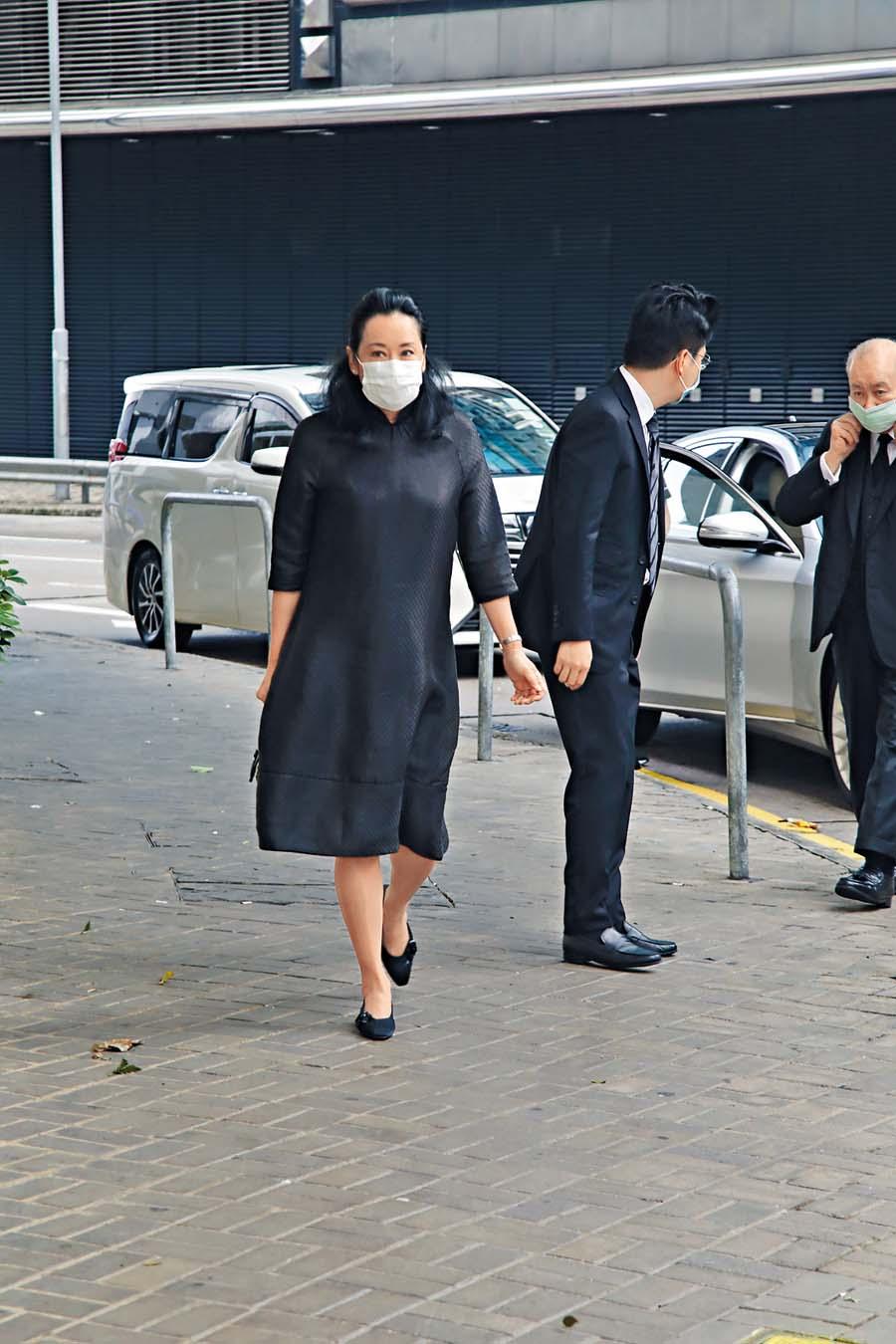 朱玲玲獨自到達殯 儀館,送別前奶奶。
