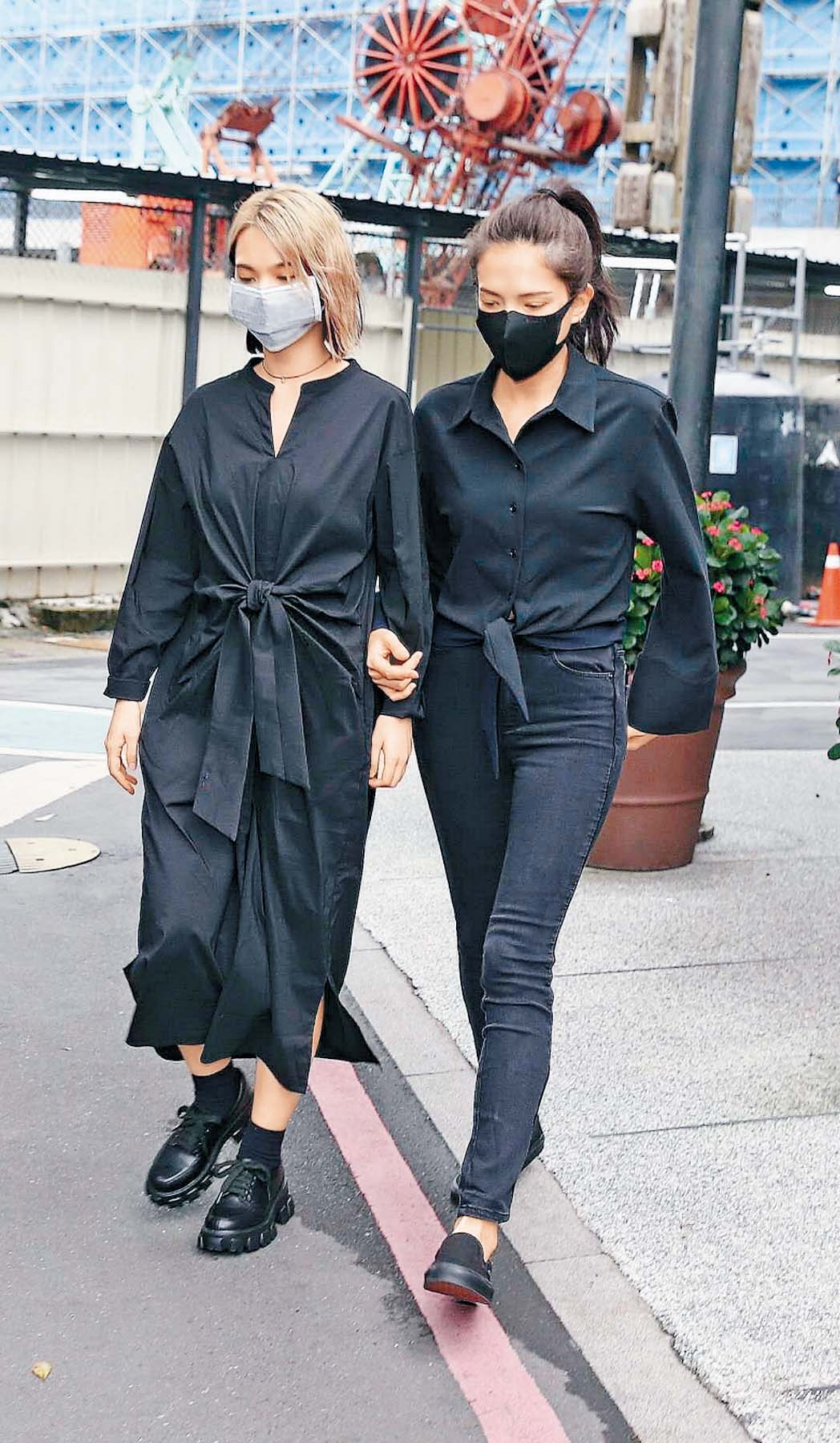 ■楊丞琳(左)與許瑋甯跟小鬼相識近 二十年,昨日到殯儀館送別好友。