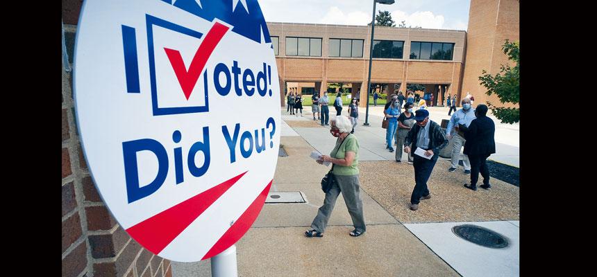 圖為維州亨里科縣的選民,18日提前在總註冊處排隊投票。 18日是該州為期45天的提前投票期的第一天。美聯社