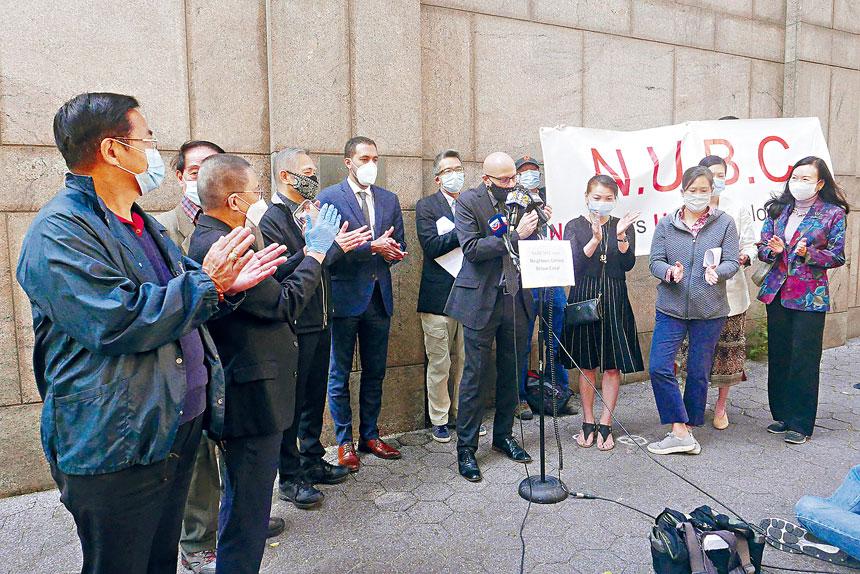 NUBC成員在監獄前宣布反擴建華埠監獄獲勝,忍不住一齊鼓掌。