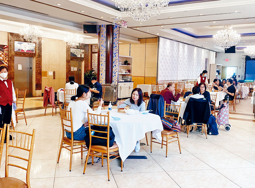 紐約市恢復堂吃第一天,不少華裔食客捧場。