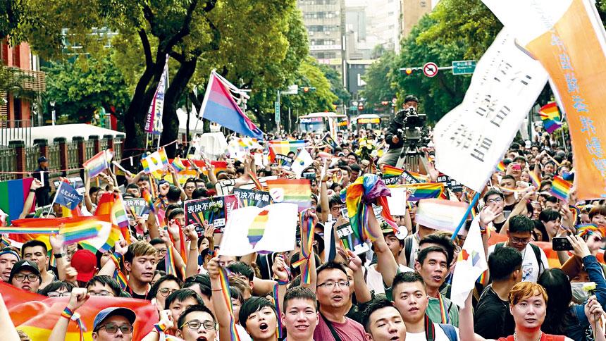 《同愛一家》由顏卲璇執導耗時三年完成,紀錄台灣在2016年到2019年間婚姻平權的奮鬥歷程。