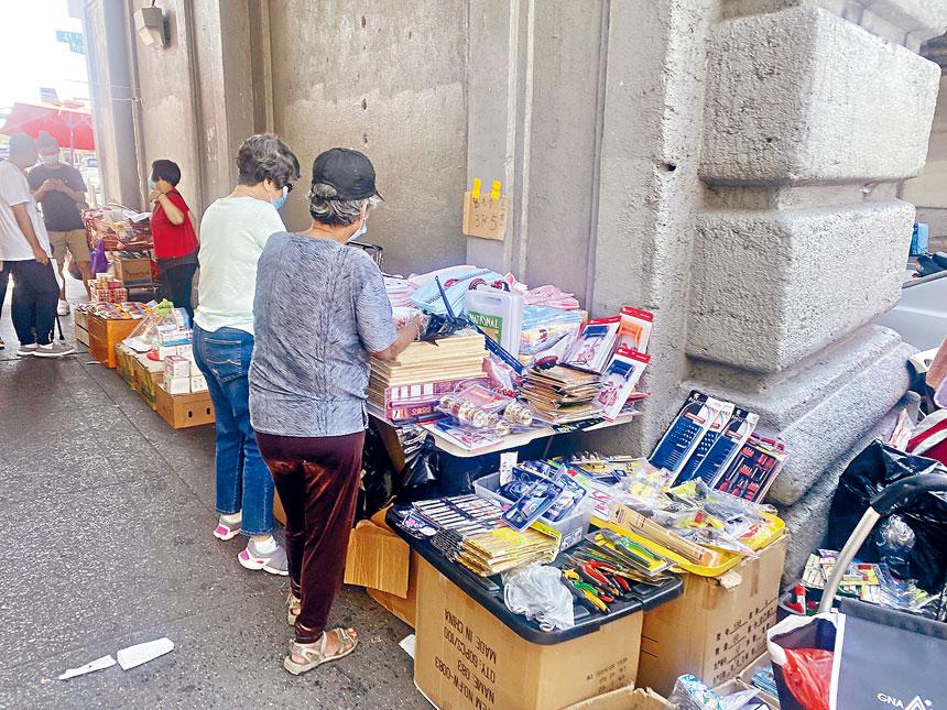 緬街上的地攤如雨後春筍般冒出,顧雅明表示,已有許多人投訴地攤擋道,並影響正規商店做生意。