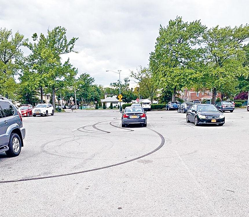 華人移民眾多的皇后區新鮮草原64大道夾188街商場停車場晚間成為地下非法賽車中心點,州眾議員李羅莎要求立法雷厲風行打擊。