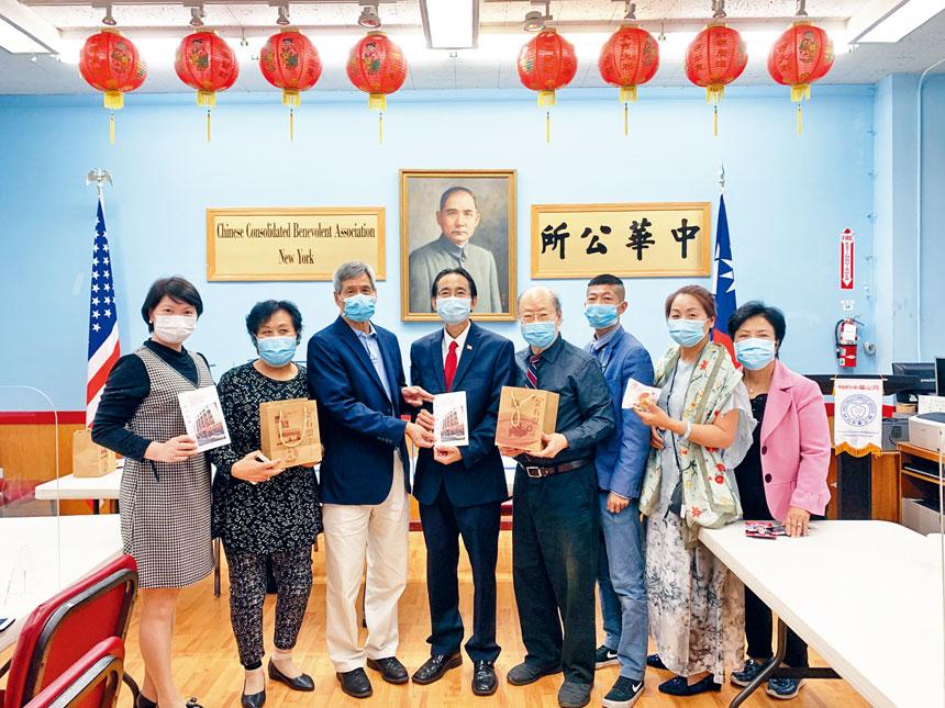 競選皇后區長一職的華裔參選人尹導(中)昨拜訪中華公所。