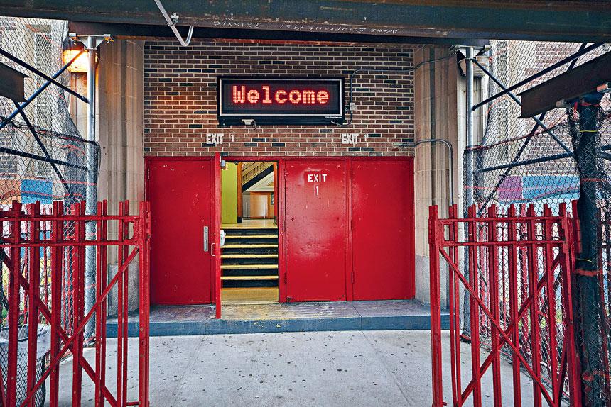 自教職員工於9月8日重新上班後,有感染個案的學校不斷增加。James Estrin/紐約時報