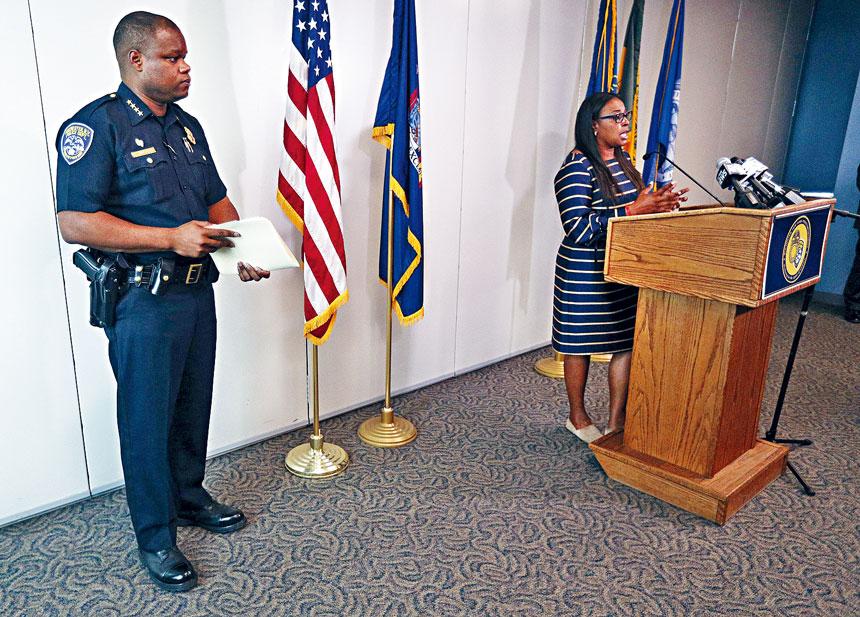 市長沃倫(右)宣布解僱警務處長辛格爾特里(左)。美聯社