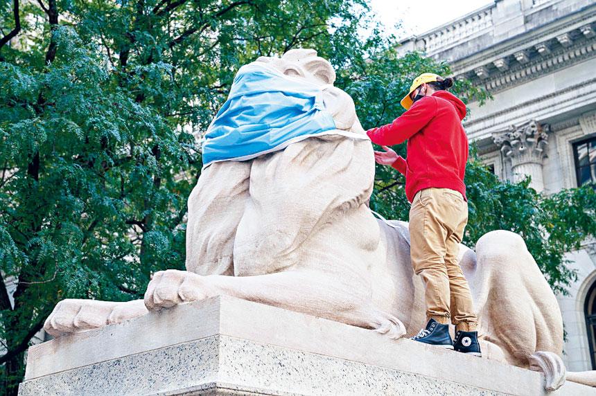 紐約公共圖書館自6月開始為石獅戴上口罩。紐約公共圖書館圖片