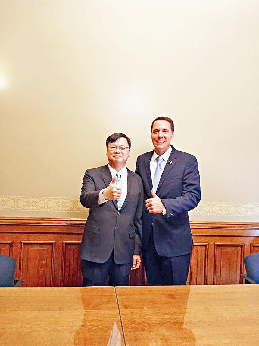 黃鈞耀處長(左)獲威斯康辛州參議會議長羅斯(右)之邀請參加會議。駐芝台北經文處提供
