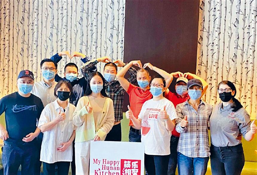 「筷樂湘聚」員工、志願者同留學生們合影。主辦方提供