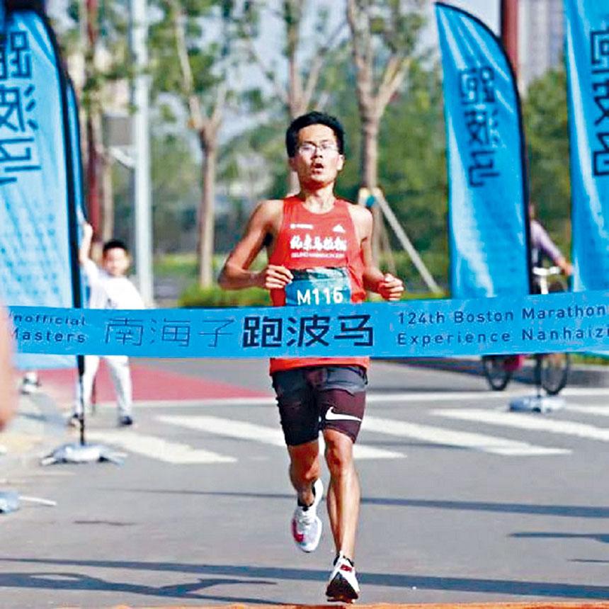 參賽選手衝過終點線。主辦方提供