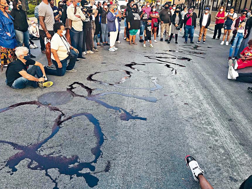芝市示威遊行人士在79街,畫上「Breonna」的名字,以默哀和平的方式悼念她。
