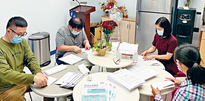 CCACC員工正在準備附有人口普查傳單的信函,郵寄給廣大會員。
