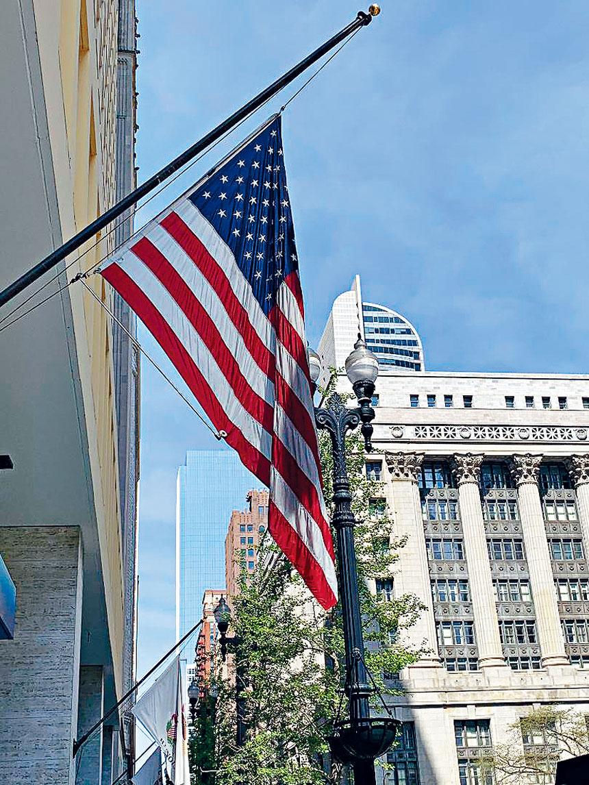 芝加哥市府下半旗緬懷911驚爆第19周年。 梁敏育攝