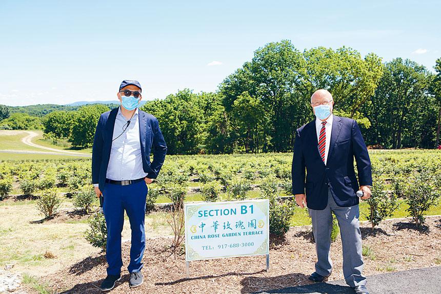 思親墓園管理公司主辦「恆福陵園」公開展銷活動,該集團負責人柏西及集團社區大使李國威合影。