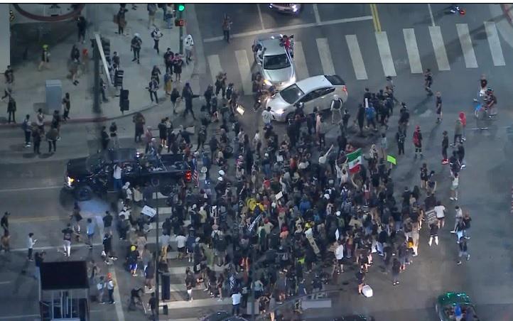 荷里活24日晚間聲援泰勒之死的抗議人潮中爆衝突,一名示威女子遭車撞倒在地。洛杉磯時報