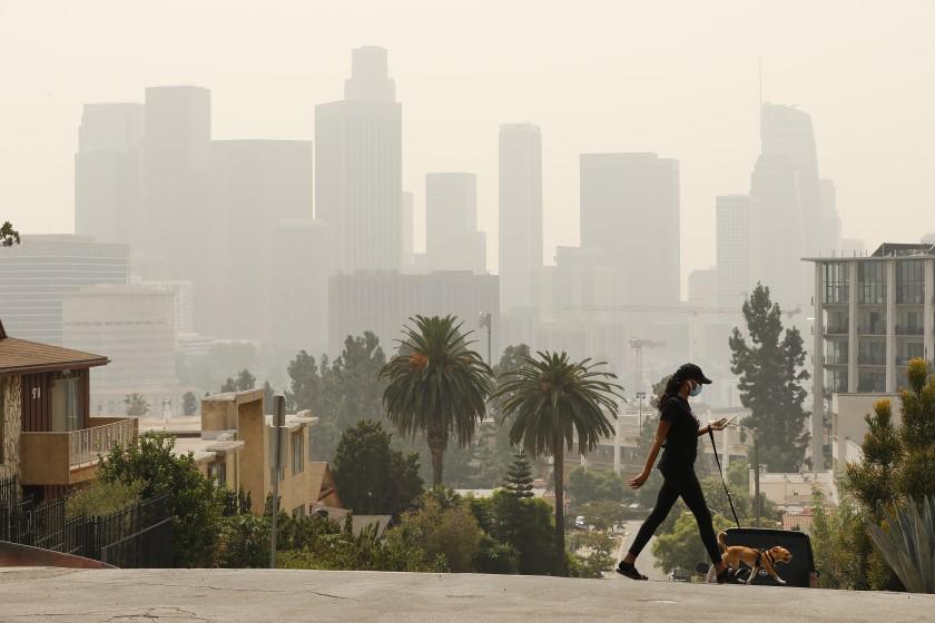 洛杉磯市中心日前受到山火影響,天空佈滿濃煙與灰燼。洛杉磯時報