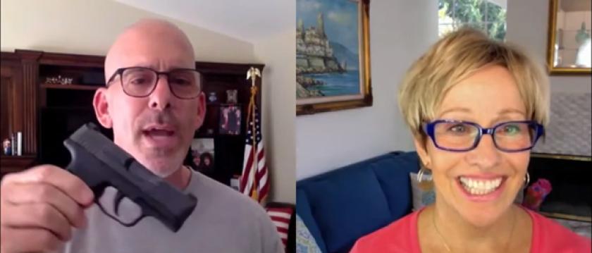 新港灘醫生巴克(Jeff Barke)16日為其網站「Rx for  Liberty」進行的訪問視頻中揮舞著9釐米手槍,激進言論惹議。臉書