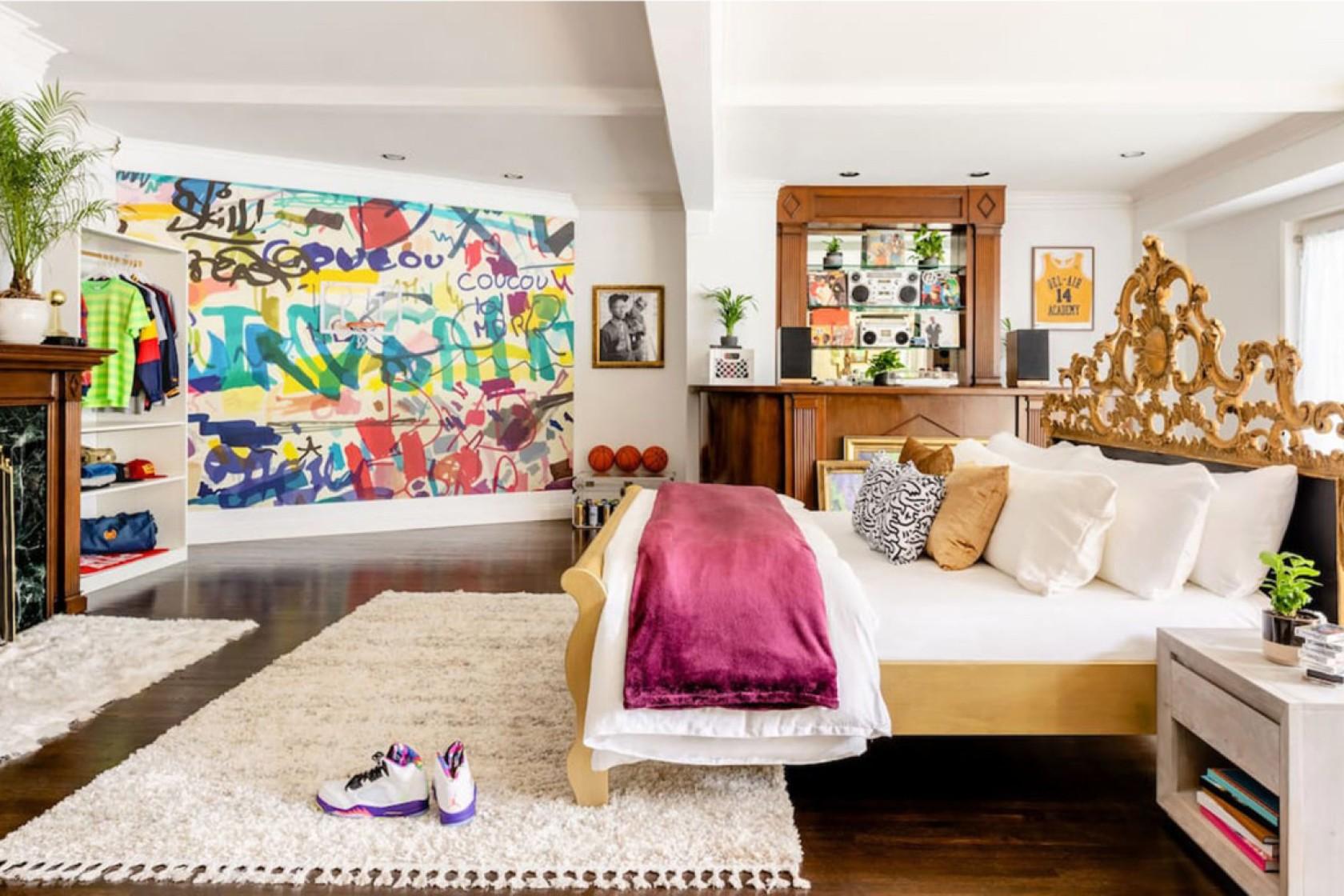 屋內展示許多影集照片與道具。Airbnb