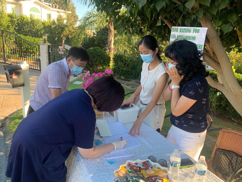 華裔社團自發為聖伯納丁諾消防局的救火英雄們募捐慰問金。主辦方提供