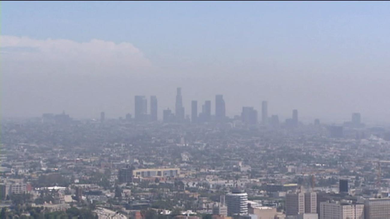 洛杉磯是全美霧霾最嚴重的地區,每年因空氣污染造成上千人死亡。abc 7