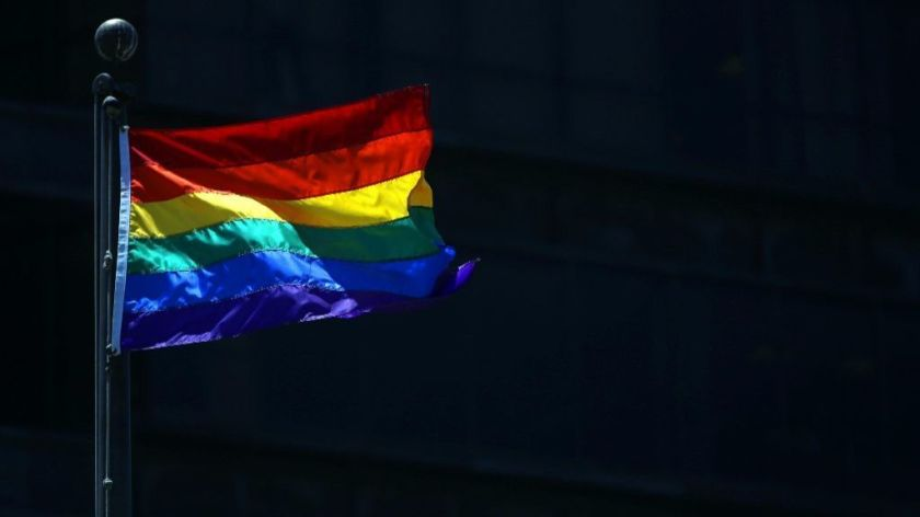 代表LGBTQ的旗幟在長堤市飄揚。洛杉磯時報