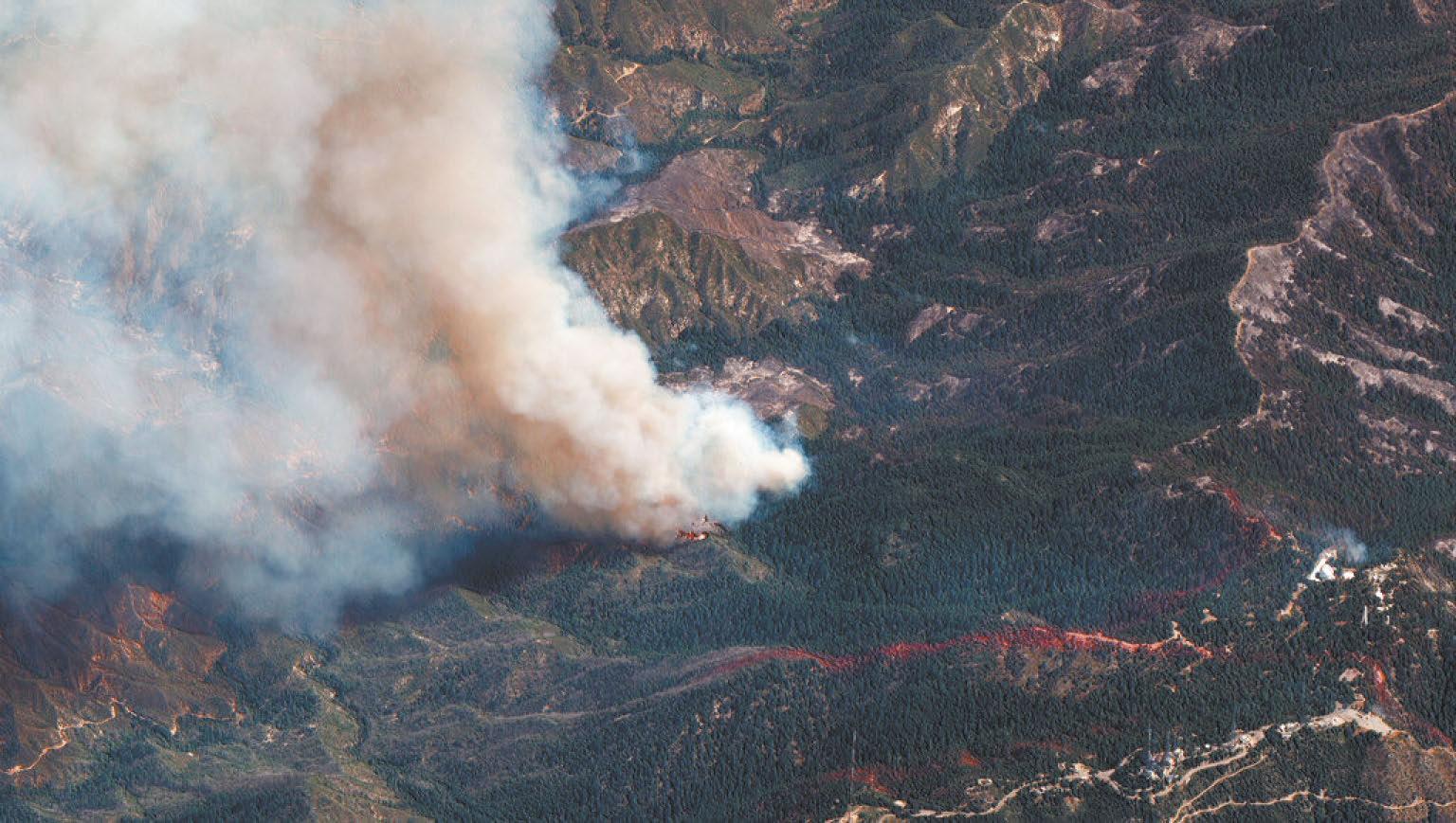 衛星圖像顯示山貓山火在天使國家森林內延燒。美聯社