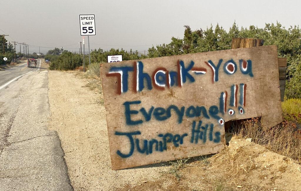 杜松山(Juniper Hills)社區居民立牌對警消人員表達感謝之意。美聯社